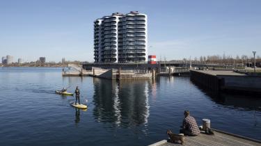 I 1980'erne var København tæt på et økonomisk kollaps, men op gennem 90'erne og 00'erne ændrede byen sig drastisk. Her er det boligbyggeriet Metropolis, der huser 81 eksklusive ejerboliger i ti etagers højde på den yderste halvø i Sluseholmen.