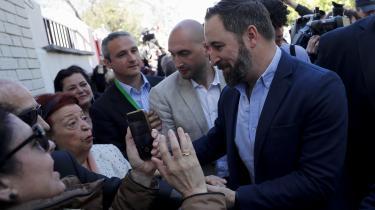 Vox-kandidat SantiagoAbascal bliver fotograferet med vælgere, efter at han har stemt i Madrid ved det spanske valg søndag.