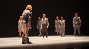 Dansk Danseteaters dansere har aldrig været bedre end her i Tim Rushtons foruroligende smukke og vrede afskedsværk 'Carrying a Dream' om menneskerettigheder.