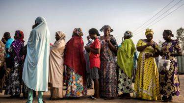Kvinder står i kø for at stemme til valget i Nigeria. Men der var ikke kø ved alle valgstederne, og det kan være en af forklaringerne på, at den 76-årige præsident Muhammadu Buhari sikrede sig endnu en periode ved valget i februar.