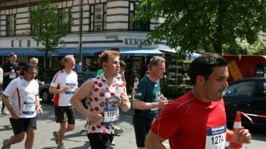 André Rothschild i sin prikkede trøje under Copenhagen Marathon.
