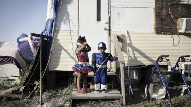 To børn klar til Halloween i bosættelsen Muñiz i Texas' Rio Grande Valley, hvor mange familier lever uden rindende vand, elektricitet og kloak. Der går i dag en kløft gennem det amerikanske samfund. På den ene side er der et mindretal på 40 pct. med høje indtægter, familieformuer og masser af muligheder i livet. De resterende 60 pct. sidder fast. De er i realiteten fattige.