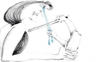 Nogle reklamefilm rammer på få minutter noget i os, der bringer tårer frem i øjnene. Tåreperserreklamerne er designet til at trykke på de rigtige knapper, og gennem de sidste ti år er de begyndt at fylde mere og mere, siger forsker. To instruktører lukker os ind i maskinrummet bag de rørende reklamer