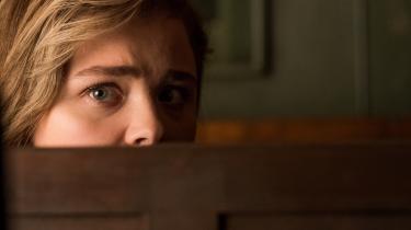 Skildringen af forholdet mellem den moderløse unge kvinde og den datterløse midaldrende kvinde bliver skridt for skridt mere skinger i filmen 'Stalker'.