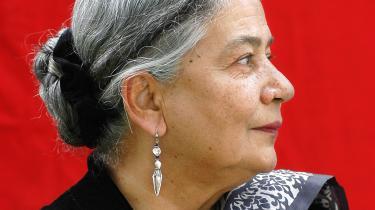 Anita Desai (f. 1937) er én af Indiens mest prominente forfattere, der tre gange har været nomineret til Bookerprisen, en pris, som hendes datter Kiran Desai vandt i 2006 for bogen The Inheritance of Loss(Det tabte landpå dansk i 2007 ved Thomas Harder). Begge forfattere er så klart et bekendtskab værd, hvis man vil kende til Indiens reflekterede middelklasse, der vrider sig mellem landets overmåde rige og desperate fattige.