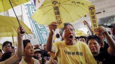 Søndag valgte op mod 130.000 borgere at gå på gaden i Hongkong i protest mod en ny lov, der vil gøre det muligt at udlevere personer til retsforfølgelse på det kinesiske fastland. Mange af de fremmødte havde fundet de gule paraplyer frem – symbolet på den protestbevægelse, der startede i 2014 med krav om mere demokrati.