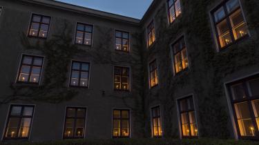 Gentofte Rådhus har sat lys i vinduerne i anledning af Danmarks befrielse den 4. maj. Billedet er fra 2017.