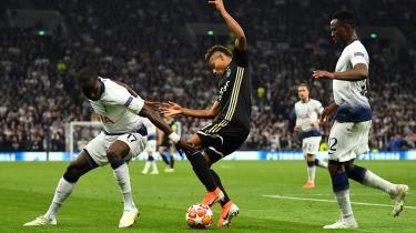 Ajax Amsterdams David Neres i konfrontation med Tottenhams Victor Wanyama og Moussa Sissoko under tirsdagens semifinaleopgør i London. Ajax vandt 1-0