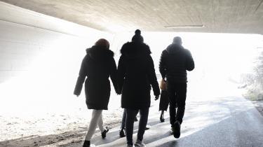 Under en tur i den kolde luft fortæller den ene af kvinderne om smerter i næsen. De skyldes, at den har været brækket to gange som følge af vold fra hendes far