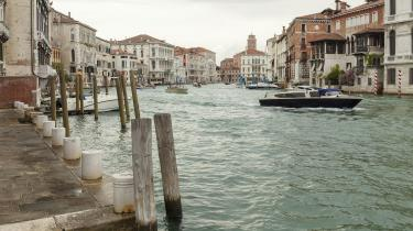 Hvad der får os til at græde undersøges i en lille serie her i Information. Nu skal vi til Venedig, hvor Maria Kjær Themsen spørger sig selv:»måske er det al det vand man konstant er omgivet at eller transportere sig på, måske er det den afsindige dekadente skønhed hele byen udstråler...«