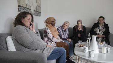 Her får Tingbjerg-beboeren Anja (tv) besked fra advokaten om resultatet af deres retssag mod boligselskabet fsb. De øvrige beboere, Layla, Marie, Fatima og Lirije afventer spændt, hvad advokaten har sagt.