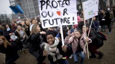 Skoleelever demonstrerer for klimaet i Berlin. En meningsmåling viste for nylig, at et flertal af europæere nu mener, at hensynet til miljøbeskyttelse skal prioriteres, selv hvis det går ud over den økonomiske vækst.