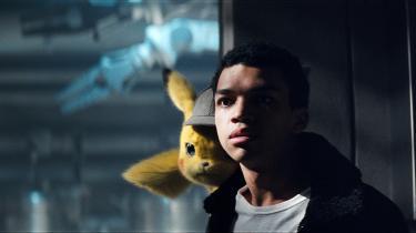 Lille, gule Pikachu (Ryan Reynolds) og Tim (Justice Smith) på forbryderjagt i Rob Lettermans pokémon-film, 'Detective Pikachu'. Læg mærke til hatten.