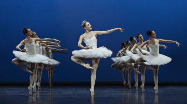 Emma Riis-Kofoed stråler som den nye ballerina i Etudes, her bogstaveligt talt i forreste række i Harald Landers ballet.