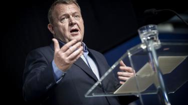 »Han [Lars Løkke Rasmussen] kan godt lide det billede af sig selv: Manden, der byggede det 21.århundredes velfærdstat. Ofte minder han om, at han har haft ledende poster i 14 af de sidste 18 års regeringer. Statsmanden,« skriver Rune Lykkeberg.