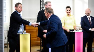 Statsminister, Lars Løkke Rasmussen, giver hånd til Stram Kurs' partileder, Rasmus Paludan, før valgets første partilederdebat på DR.