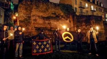 Formummede franske Identitaire-aktivister demonstrerer i Le Mans i det vestlige Frankrig. I Danmark er bevæglsens mål at tale til mainstreamen. De vil ikke være et randfænomen, der kun appellerer til yderligtgående nationalister, forklarer Rasmus Hage Dalland.