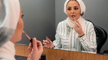 Mellem optagelserne til talkshowet befinder Noor Haddad sig i omklædningsrummet for at gøre sig klar eller tage en pause. Redaktionen har blandt andet til opgave at holde øje med de nyheder og det mediebillede, som det syriske regime søger at udbrede – og så imødegå det med sarkastiske og satiriske kommentarer.
