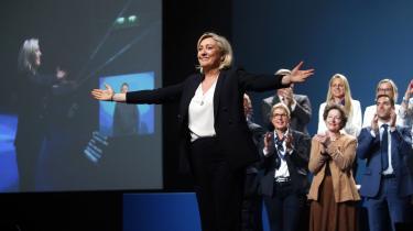 Marine Le Pen er tilbage som fugl fønix i fransk politik, grønnere end nogensinde. Her bliver hun hyldet ved et EP-valgmøde i Metz.