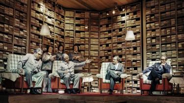 Den gennemgående scenografi i 'Nixon in China' er et gigantisk arkiv med papkasser fra gulv til loft. Det er kassetænkning i flere størrelser, således også Maos gemak, hvor den berømte times samtale med Nixon finder sted.