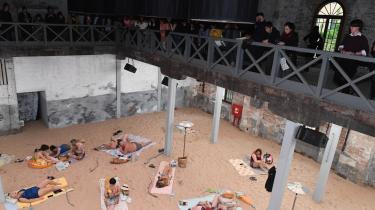 Badegæsterne sang opera, mens de lå og solede sig. Sun & Sea (Marina) kaldes projektet af Rugilė Barzdžiukaitė, Vaiva Grainytė og Lina Lapelytė, som modtog Den Gyldne Løve for bedste nationale pavillon.