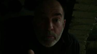Søren Espersen hvisker i en kælder. Seriøst.