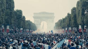 I Ladj Lys 'Les Misérables' eren flok unge, sorte knægte fra den socialt belastede forstad Montfermeil taget ind til centrum af Paris for at se VM-finalen i fodbold i 2018 og fejre sejren sammen med resten af byen. De føler sig som franskmænd og som en del af fællesskabet, men da de kommer hjem til Montfermeil, er alt igen, som det plejer: De er de udstødte, de elendige.