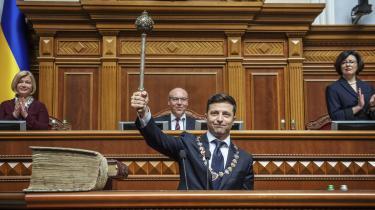 Skuespilleren Volodymyr Zelenskij blev mandag indsat som Ukraines nye præsident og opløste allerede i sin indsættelsestale landets parlament og udskrev nyvalg. Hans politiske modstandere prøver at lægge ham hindringer i vejen, men de har allerede tabt, mener professor i ukrainsk politik