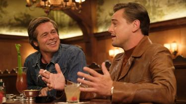 Stuntman Cliff Booth (Brad Pitt) og skuespiller Rick Dalton (Leonardo DiCaprio) diskuterer deres fremtid i Hollywood i Quentin Tarantinos nye film, 'Once Upon a Time ... in Hollywood'.