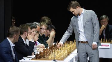 Verdensmester Magnus Carlsen gik overlegent til kamp mod 24 udvalgte modstandere i en omgang simultanskak i Cirkusbygningen.