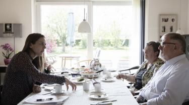 Sundhedsminister Ellen Trane Nørby (V) forsøger under sit kaffebesøg at overbevise den afhoppede venstremand Arne Andresen om, at sundhedsreformen er god. At hvis man bliver syg, så er det bedre at have en læge tæt på end en politiker. Arne Andresen følte sig ikke overbevist.