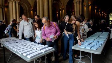Vælgere finder stemmesedler til det nu overståede Europaparlamentsvalg.