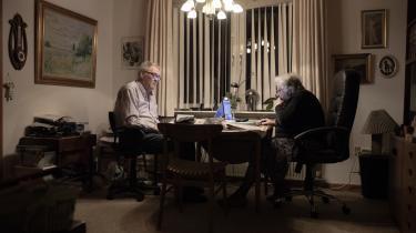 Tue og Lisa Svendsen bruger meget tid i deres hus i Gram på at skrive om og dele Dansk Folkepartis politik på Facebook.