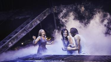 Sarah Boberg og Malene Melsen leverer overbevisende præstationer som de to vidt forskellige kvindelige hovedroller i iscenesættelsen af Elena Ferrantes 'Min geniale veninde' på Odense Teater.