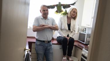 Susanne Hollenbo har altid stemt konservativt, men nu vil hun stemme på De Radikale for at gøre op med uligheden. Her sidder de i køkkenet sammen med papegøjerne Kenzo og Chanel.