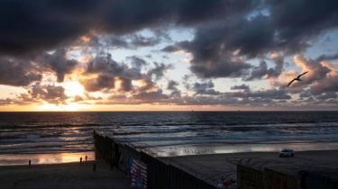 Det amerikanske grænsehegn ved strandenPlayas de Tijuana.