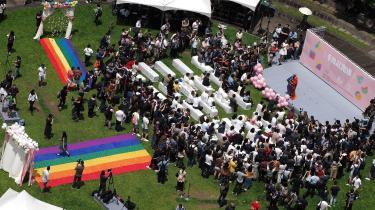 Homoseksuelle taiwanske par samles for at fejre, at landet har legaliseret homoægteskaber.Chi Chia-wei, der er kendt som Taiwans første LGBT-aktivist, står på scenen.