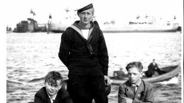 Basse gik aldrig på sømandsskole og hele sit arbejdsliv beholdt han titlen som matros. Her – i midten – under en langang i København.
