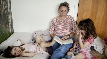 Wilhelmina Magallanes læser Halfdan Rasmussens Børnerim op for sine børn. Hun insisterer på ikke at læse den censurerede udgave, hvor ord som neger og hottentot er udeladt.