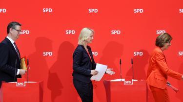 Selv internt i SPD vurderer flere, at partisoldaten Andrea Nahles blev mobbet ud som leder. Som overgangsfigurer har det tyske socialdemokrati valgt Rheinland-Pfalz' ministerpræsident, Malu Dreyer, Mecklenburg-Vorpommerns ministerpræsident, Manuela Schwesig og den hessiske SPD-leder, Thorsten Schäfer-Gümbel, indtil der findes en ny permanent partileder. Hvem end der tør.
