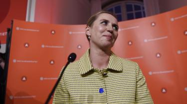 Mette Frederiksen vil danne en ren S-regering, sagde hun ved sin sejrstale i Fællessalen på Christiansborg omkring midnat. Men hun bliver partier på støttepartiernes nåde. Det står klart efter især SF og De Radikales gode valgresultater, skriver Lars Trier-Mogensen.