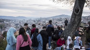 I hele balkanregionen spænder indre splid og ydre geopolitiske spændinger ben for optagelsesprocessen i EU, og intet sted finder man så klart et billede på de kampe, som man gør i Bosnien. Her afventer beboere i hovedstaden Sarajevo solgangen under ramadanen.
