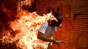 José Víctor Salazar Balza i flammer. Fotoet af fotograf Ronaldo Schemidt blev udnævnt til årets pressefoto 2018.