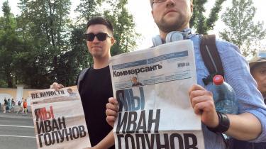 Protestanter med aviser med forsideteksten:»Jeg/vi er Ivan Golunov«.