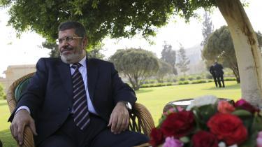 Mohamed Mursi blev67 år og varEgyptens første og eneste folkevalgte præsident.Han har siddet i fængsel, siden han blev væltet ved et militærkup i 2013 og døde mandag under en retssag anklaget for bl.a. spionage og tortur.