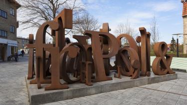 Alle bogstaverne skulle være der, både Æ, Ø og Å og komma og punktum og tankestreg, så man kunne formulere sig, fortæller Kenn André Stilling om sin skulptur til ære for Dan Turèll.