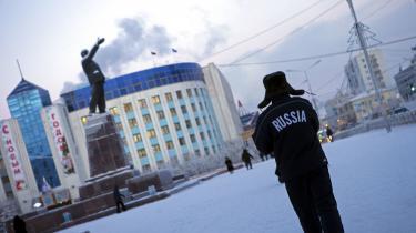 En mand står foran en Lenin-statue på Lenin-pladsen i Yakutsk, en af verdens koldeste byer.