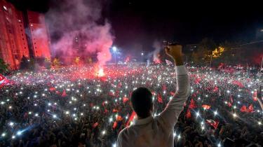 Til forskel fra Erdogan førteEkrem Imamoglu (der ses på billedet) valgkamp med en inkluderende politisk attitude, krydret med Koran-citater. Det vandt han på – og i søndags overbevisende.