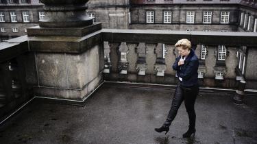 Eva Kjer Hansen er fra Aabenraa nær grænsen til Tyskland, og hun er kritisk over for den kurs, de borgerlige har anlagt, hvor symbolpolitik på udlændingeområdet har fået alt for meget plads. Derfor burde kontrollen ved grænsen også laves anderledes, i stedet for »at bruge uendelige timer på at tjekke, om du og jeg har vores pas med, når vi krydser grænsen«.