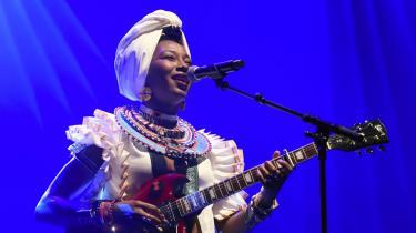 Fatoumata Diawara fra Mali kan opleves på dette års Roskilde Festival.